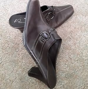 A2 by Aerosoles Snapezoid brown size 8.5M clogs